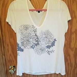V-neck graphic tee with chrysanthemum flower print